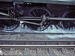 Bėgiai kartais būna tiesiog velnioniškai slidūs ir kaip traukiniui tada sustoti ar įsibėgėti? Štai kokią gudrią, bet paprastą technologiją naudoja traukiniai foto 3