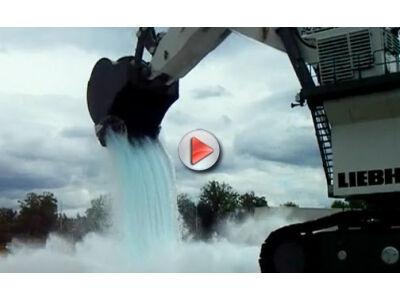 """Gigantiškas ekskavatorius """"ištaško"""" automobilį (video)"""