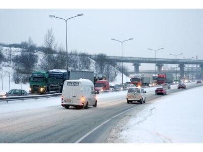 Kelių būklė: daugelyje rajonų sninga, keliai - provėžoti, slidūs
