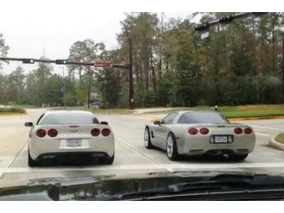 """Dviejų """"Corvette"""" modelių gatvės lenktynės baigėsi avarija"""