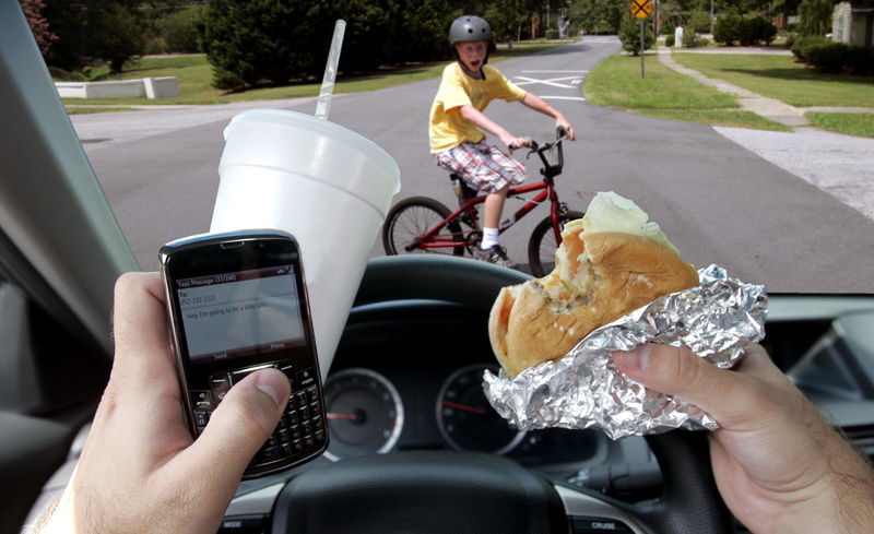 Daugumai vairuotojų trukdo, kai kiti vairuodami užsiima pašaliniais darbais