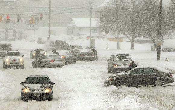 """Vairavimas žiemą: kaip atskirti """"juodąjį ledą""""?"""