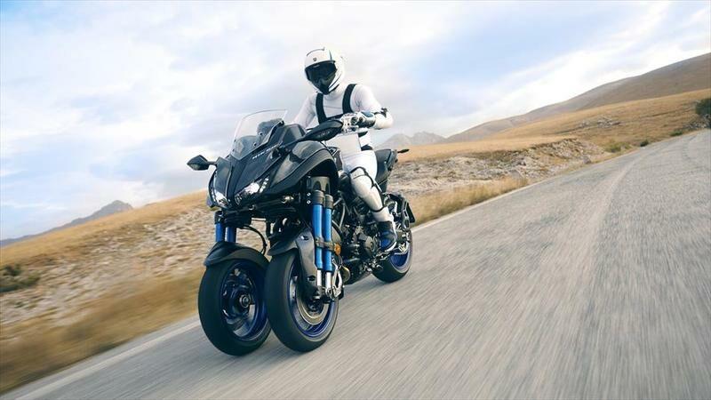 """""""Yamaha"""" pristatė pirmąjį pasaulyje pasvyrantį motociklą su dviem priekiniais ratais"""