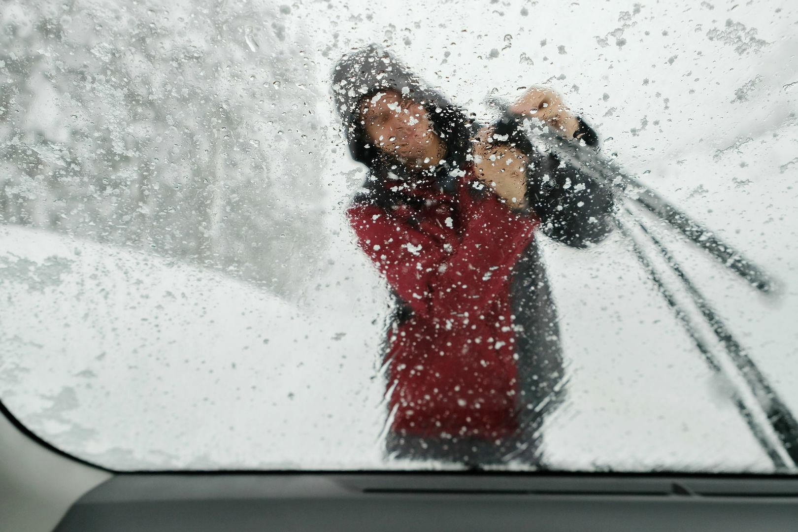 Kodėl šaltą rytą tikrai VERTA pašildyti automobilio variklį?