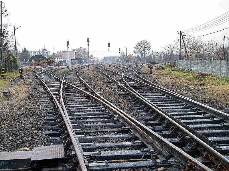 Jei į jus atlekia traukinys, ar tikrai galite išgyventi atsigulę tarp bėgių, kaip rodo filmuose?