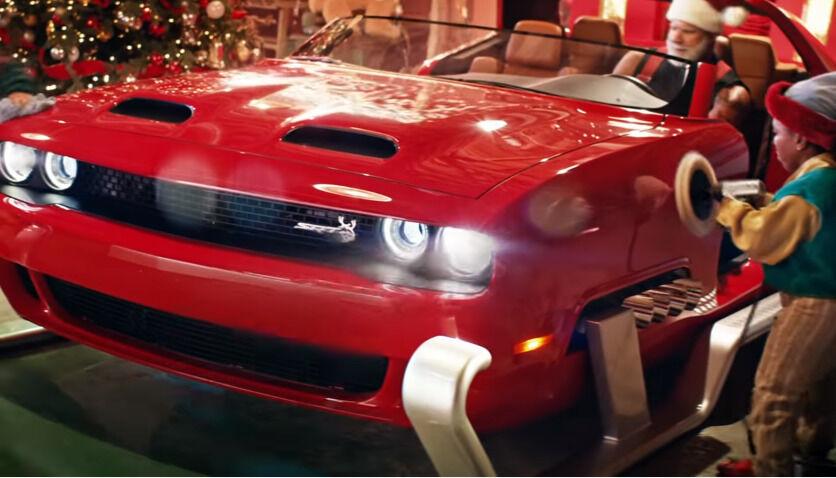 """Kalėdų Seneliui reikia judėti greitai, todėl """"Dodge"""" pasiūlė elnius pakeisti 797 arkliais"""