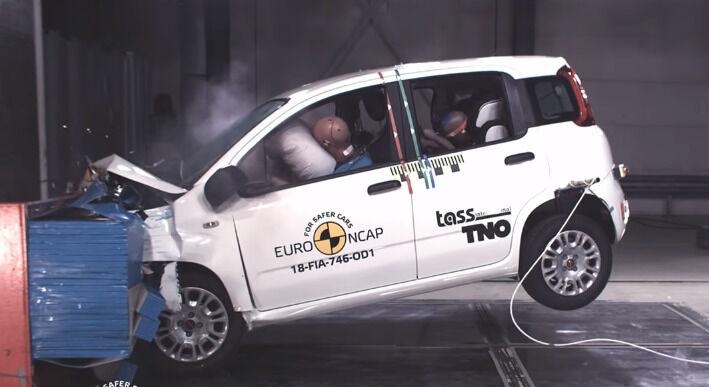 """Naujuose saugumo bandymuose """"Fiat Panda"""" surinko lygiai nulį žvaigždučių - ką tai reiškia?"""