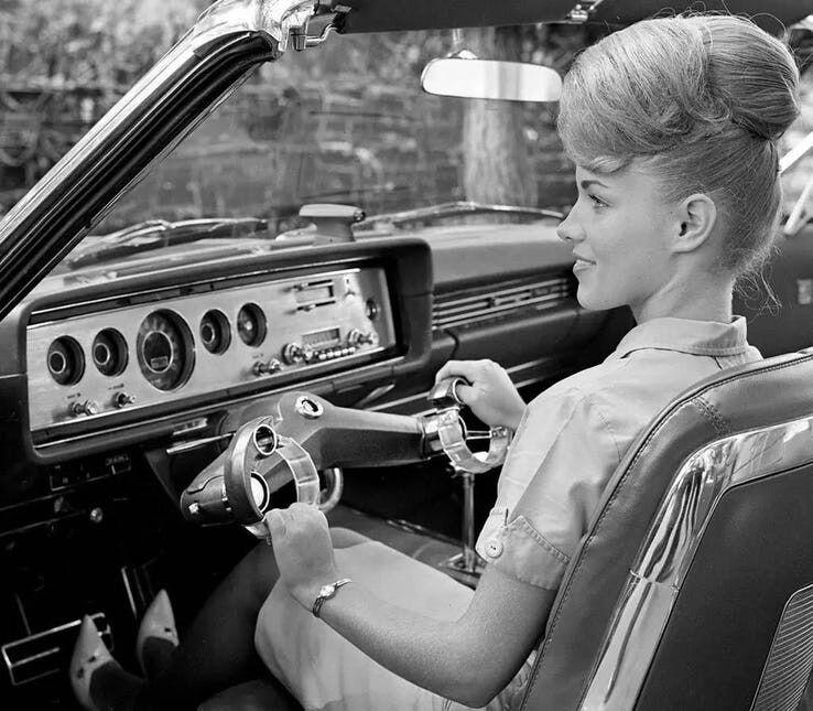 """Kodėl automobilio vairas yra toks nepakeičiamas? """"Ford"""" bandė pasiūlyti labai keistą alternatyvą"""