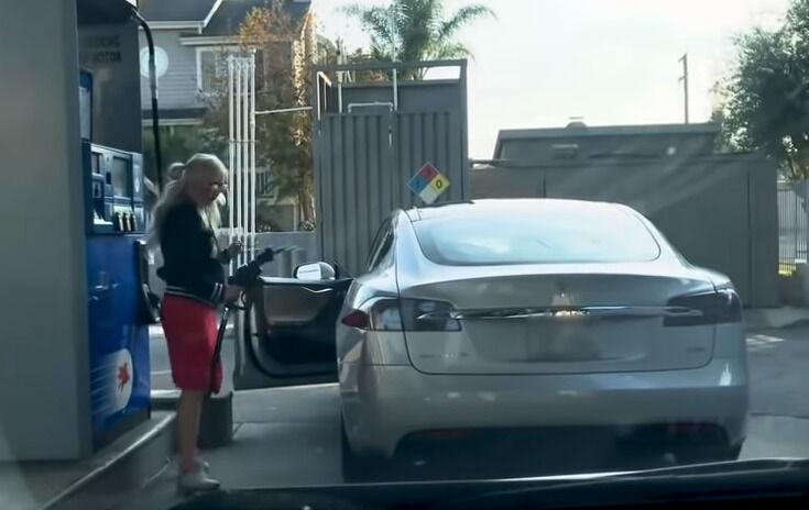 """Kur yra """"Tesla Model S"""" degalu bako užpildymo anga? Viena moteris tris minutes ieškojo atsakymo"""