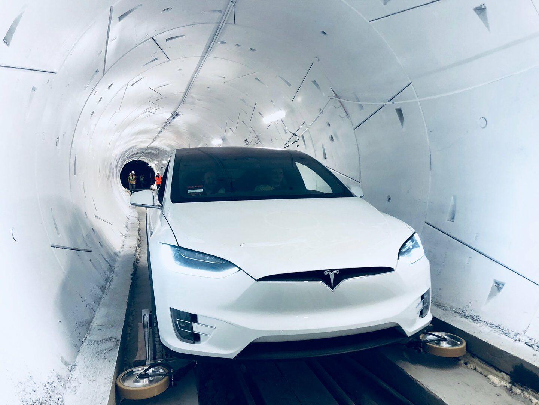 Elonas Muskas atidarė pirmąjį požeminį greitąjį tunelį