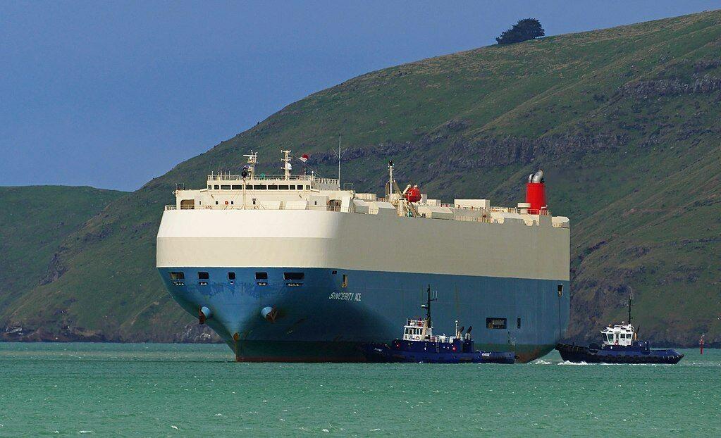 """Ramiajame vandenyne plūduriuoja apleistas degantis laivas su 3500 """"Nissan"""" automobilių"""