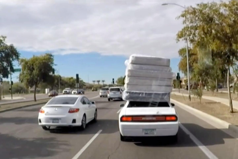Kaip JAV verslininkas pateko į televiziją vien dėl originalaus būdo vežti krovinius: kam tas pikapas, jei yra sportinis automobilis? (Video)