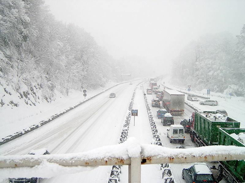 Ką daryti, jei nuo sunkvežimio nukritęs sniegas apgadino jūsų automobilį? Ar tai laikoma eismo įvykiu?