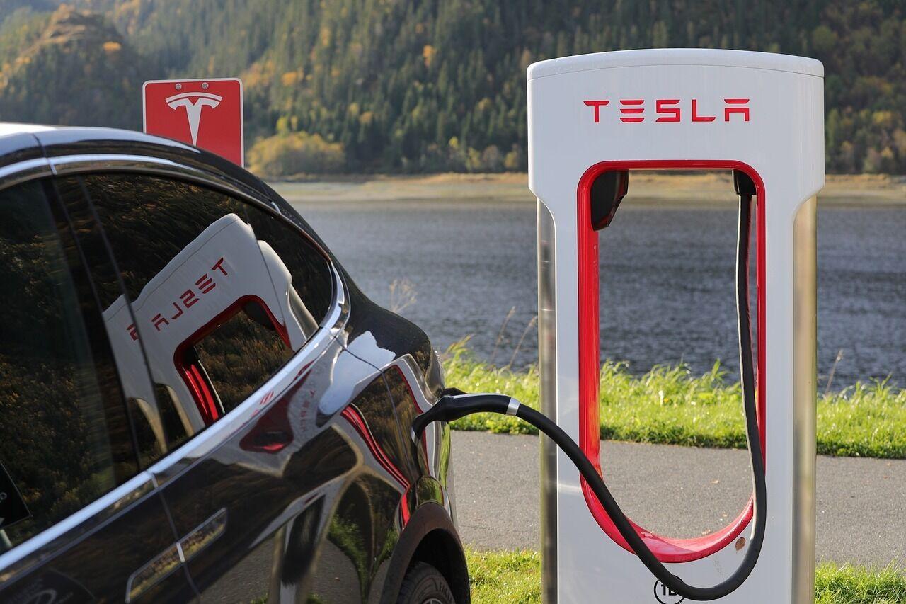 """""""Tesla"""" praneša apie atkeliaujantį """"Model Y"""" – """"šįkart viskas bus kitaip, nei su Model 3"""""""