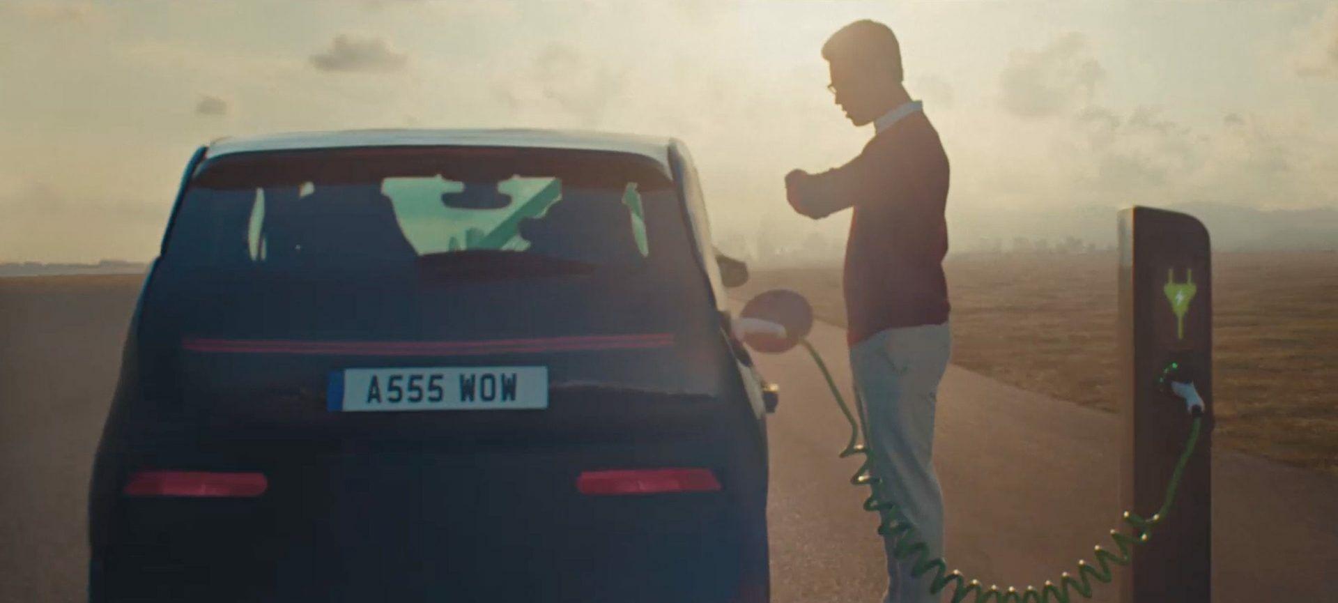 """""""Toyota"""" žengė naują žingsnį – paviešintame vaizdo įraše ne tik reklamuoja savo """"Corolla"""" hibridą, bet ir tyčiojasi iš elektromobilių"""