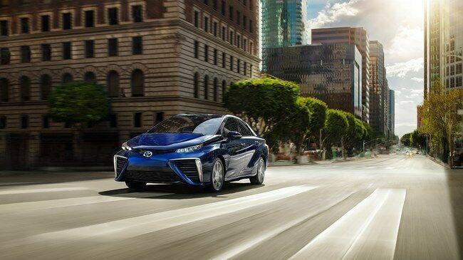 """""""Toyota"""" siūlo dar geresnį variantą nei elektromobiliai? TFCS sistema, kuri yra daug efektyvesnė nei vidaus degimo varikliai - jokio tradicinio kuro, gali nuvažiuoti apie 500 km, o papildymas vos 3-5 minutes"""
