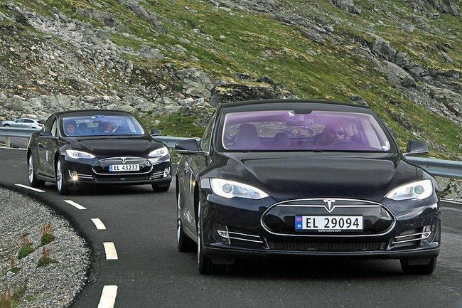 """Gąsdinantis hakerių darbas - vos trys lipdukai ant kelio gali sukelti """"Tesla"""" automobilio avariją"""