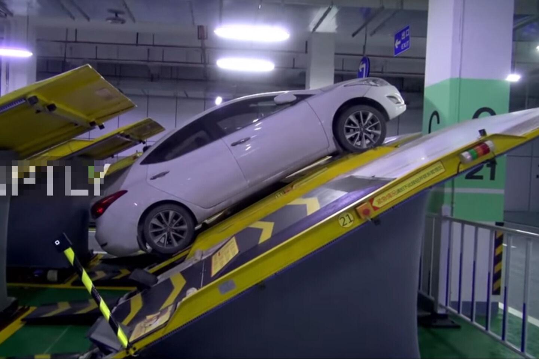 Kinai sugalvojo naują automobilių parkavimo būdą