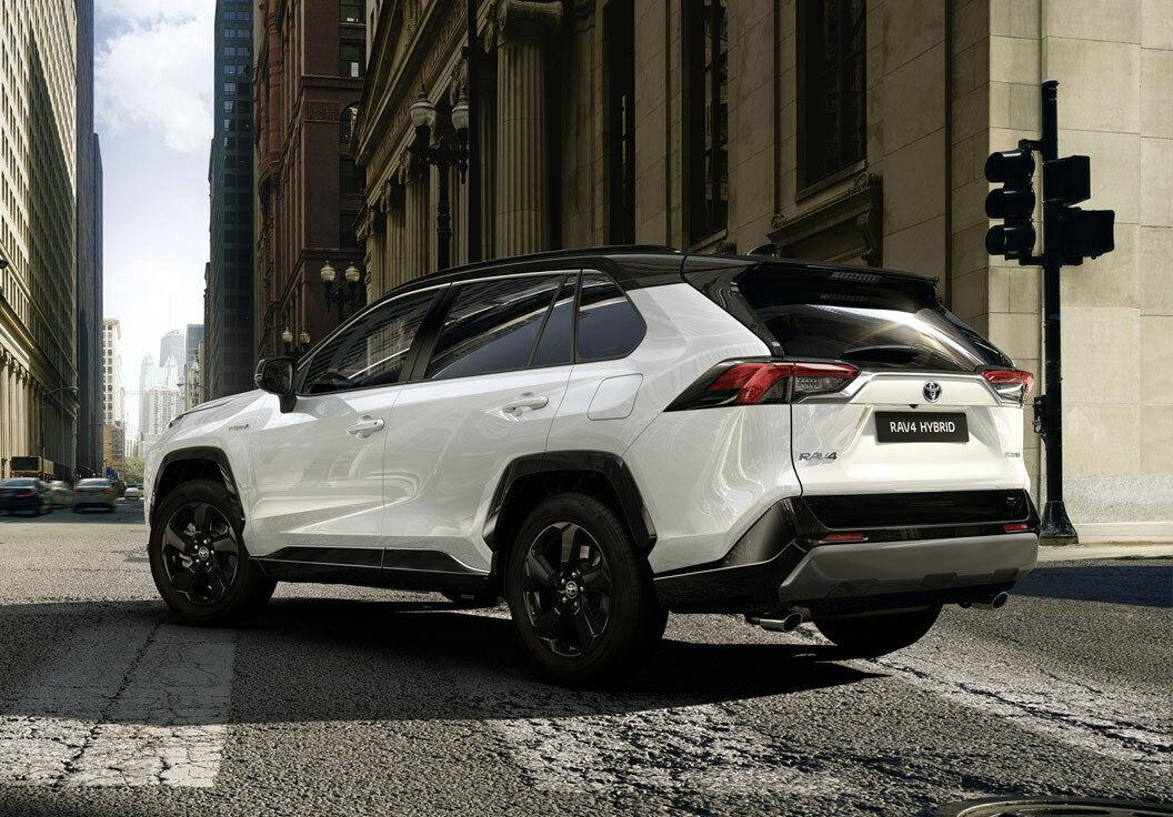 """""""Toyota"""" pareiškė, kad """"niekas nepardavinėja elektromobilių už tokią kainą, kad gautų pelną"""". Bet ar tik """"Toyota"""" nemeluoja?"""