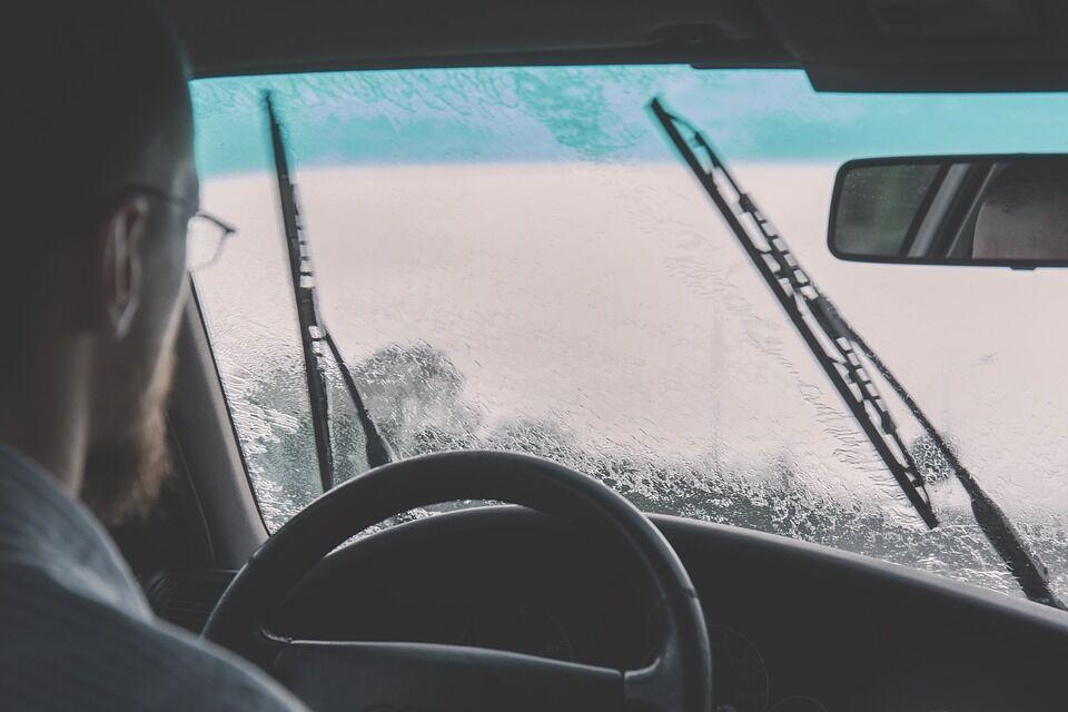 Kas tai yra akvaplanavimas, kodėl vairą reikia laikyti abiem rankomis ir kodėl svarbus protektoriaus gylis - kaip vairuojant per lietų neatsidurti griovyje