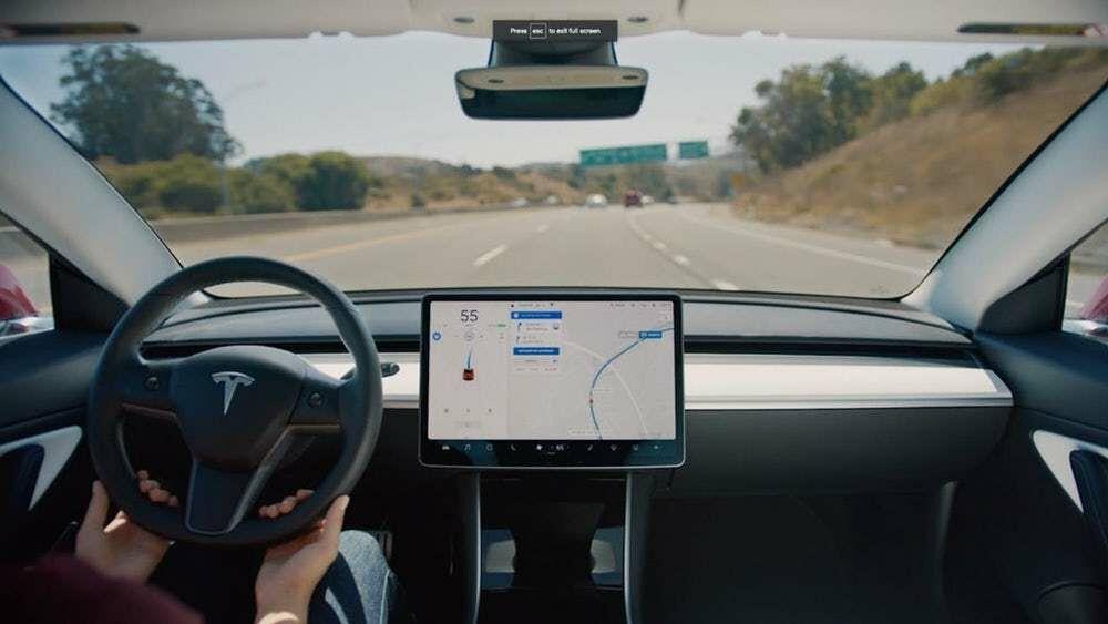 """""""Consumer Reports"""" sumalė į miltus naujausią """"Tesla"""" autopiloto funkciją: kas nutiko?"""