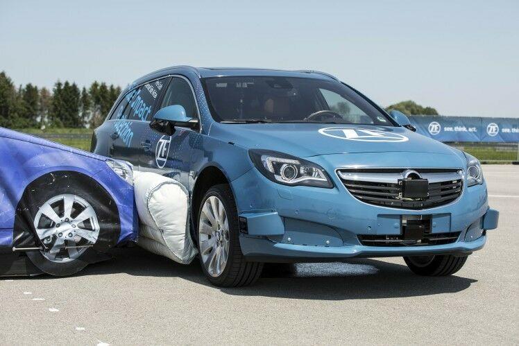 Pirmoji išorinė saugos pagalvė nukreipta prieš kitus automobilius - kokios naudos duotų ši technologija?