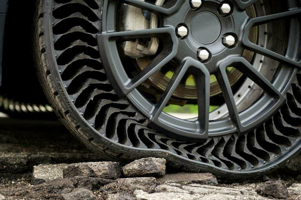 """Jokių baimių dėl oro nuleidimo ir nelygių kelių – """"Michelin"""" drauge su """"General Motors"""" pristato naujos kartos """"Uptis"""" padangą, kurią sau leisti galės ne kiekvienas"""