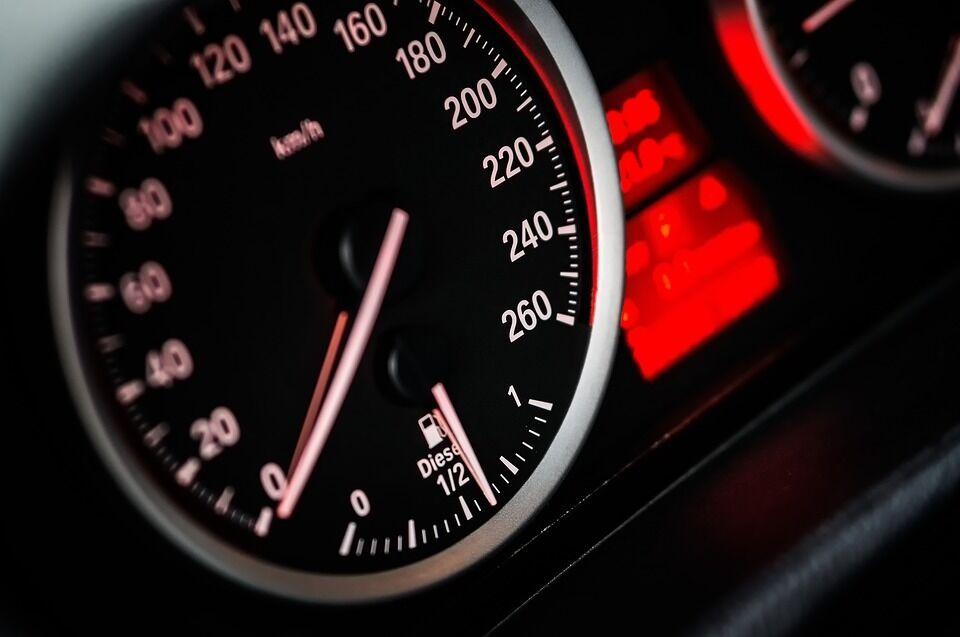 Pratins vairuoti kitaip: vos 1 km/val. viršijantiems vairuotojams – baudos