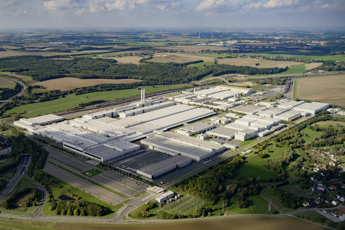 """""""Mes elektromobilius gaminsime milijonams, o ne skirtus milijonieriams"""": """"Volkswagen"""" iš pagrindų pertvarkė savo gamyklą ir pradeda įspūdingos apimties elektromobilių gamybą"""
