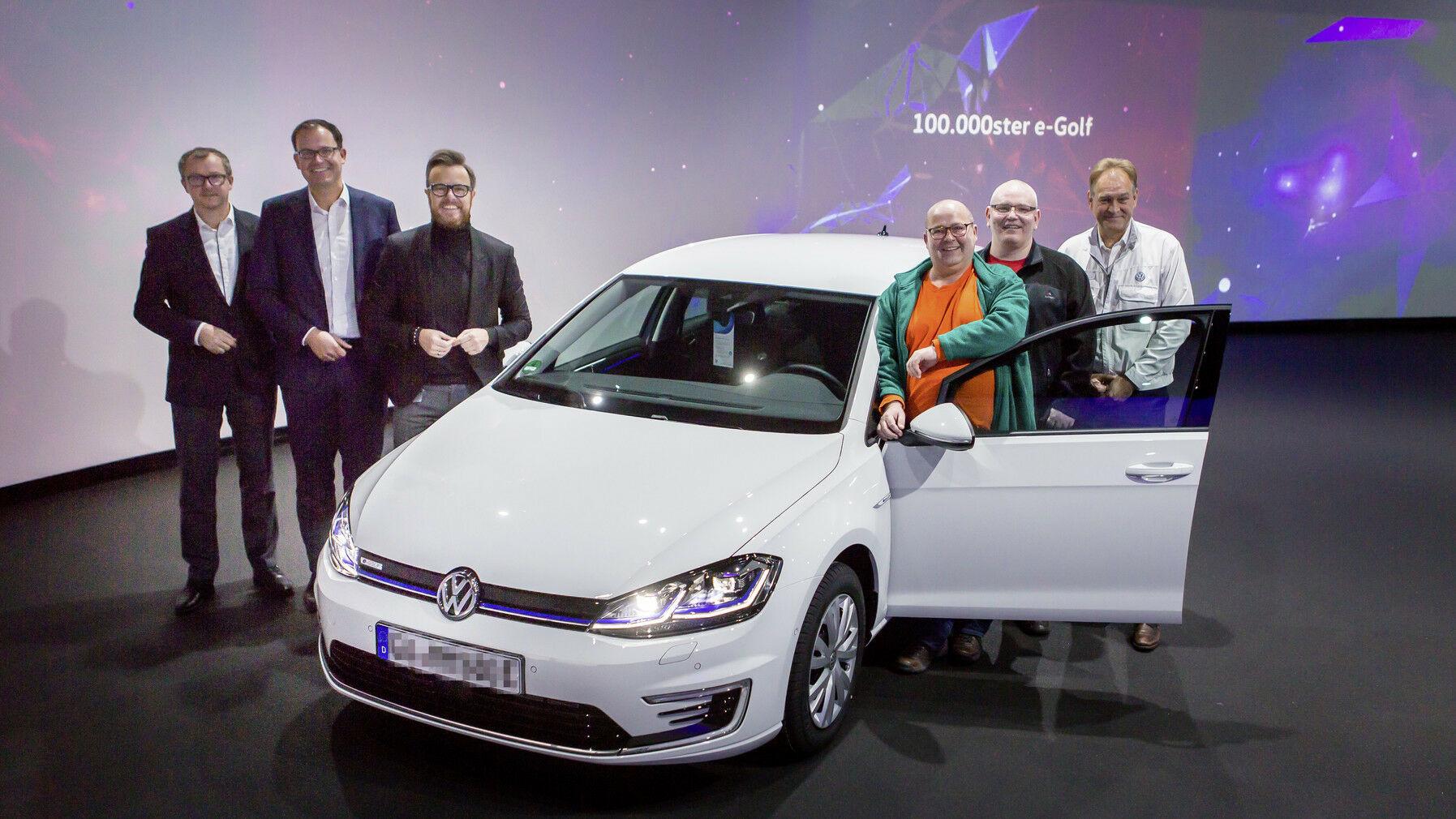 """""""Volkswagen"""" pardavė 100000-ajį """"e-Golf"""" - kodėl greitai šio elektromobilio bus atsisakyta?"""