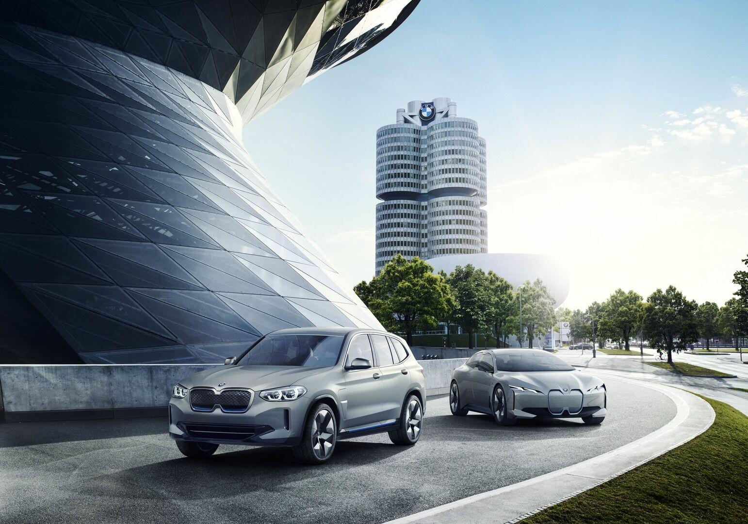 """""""BMW"""" skelbia, kuo bus ypatingas pirmasis elektrinis BMW visureigis: 286 AG, 440 km ir 5 kartos """"eDrive"""" technologija"""